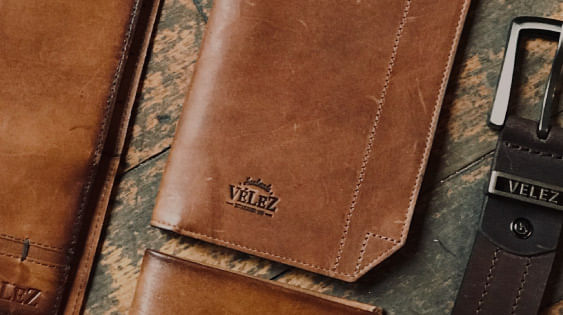 Los mejores Accesorios hechos en cuero para hombre y para mujer los encuentras en la Tienda Online de Vélez, billeteras, manillas, collares y llaveros