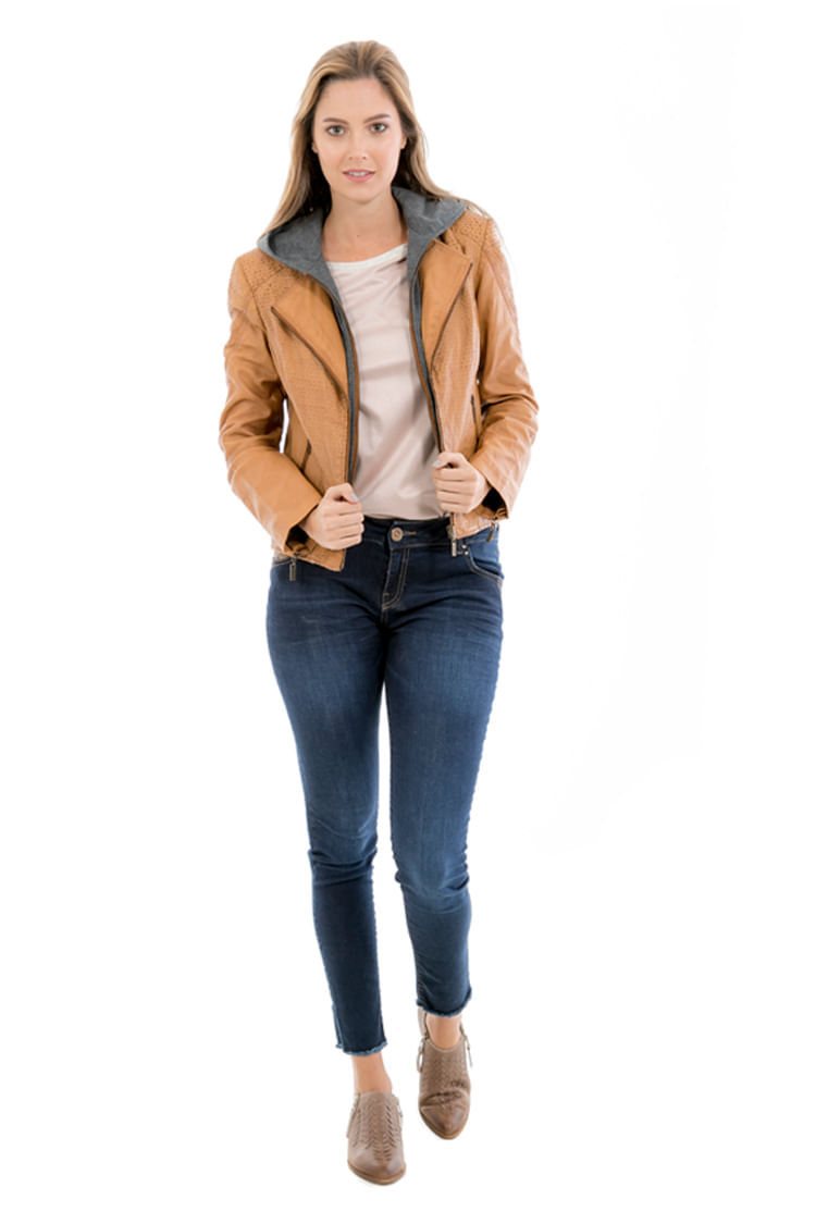 Una de tus prendas de peletería fetiche. Las cazadoras de piel son un must tanto en otoño como en invierno, sobre todo las chaquetas de cuero negras.Y si le añades cuellos y estolas, perfeccionarás tu look de esta temporada.